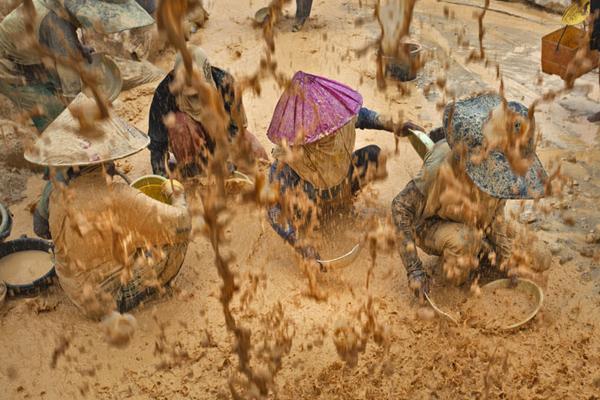 para pekerja tambang di Bangka, yang terancam karena bekerja tanpa prosedur keamanan yang baik. Foto: Friend of the Earth
