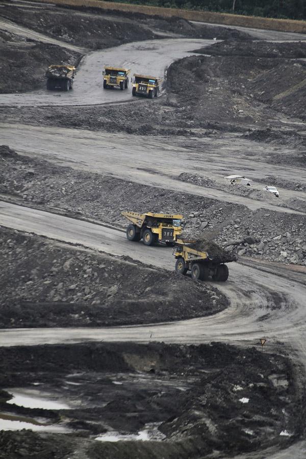 Pertambangan batubara, tak hanya merusak hutan, namun juga membawa bencana pasca penambangan setelah meninggalkan kolam-kolam raksasa. Foto: Hendar