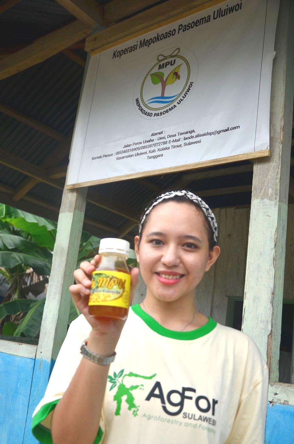 Kini madu produksi  Desa Tawanga, Kecamatan Uluiwoi, Kabupaten Kolaka Timur, Sulawesi Tenggara sudah dikemas dalam botol 100 gr, 250 gr hingga 500 gr. Pemasarannya juga sudah lintas kabupaten, dan dipasarkan di berbagai tempat. Foto: wahyu Chandra