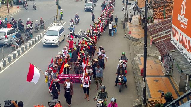 Aksi jalan kaki warga Rembang dan Pati, ke Kantor Gubernur Jateng di Semarang pada 9 Desember 2016, menuntut Gubernur menjalankan putusan MA mencabut izin lingkungan. Tak dinyana, ternyata izin lingkungan lama sudah cabut pas sebulan lalu dan ganti izin baru. Warga terkejut. Foto: Tommy Apriando