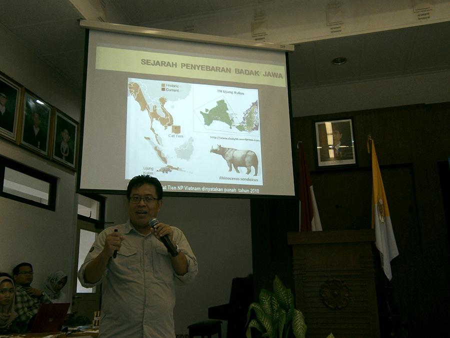 Mamat Rahmat, Kepala Balai TNUK saat menjelaskan kondisi badak jawa di ujung Kulon saat ini, di seminar nasional badak di FKH UGM, beberapa waktu lalu. Foto: Nuswantoro/Mongabay Indonesia