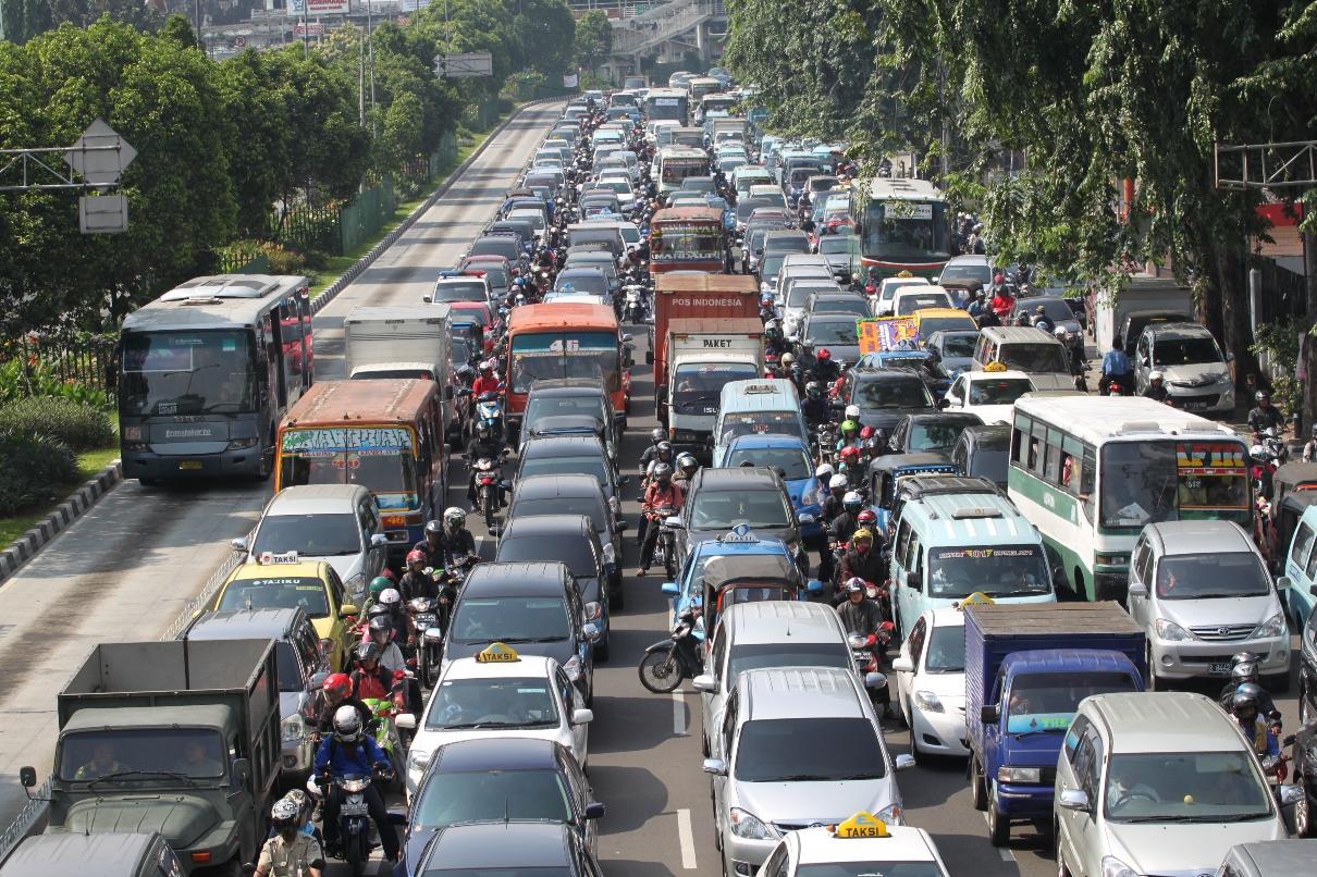 Rasio volume kendaraan dengan panjang jalan di Jakarta yang sudah tidak lagi seimbang, membuat kemacetan menjadi keseharian. Jumlah kendaraan pribadi dan kemacetan menjadi faktor boronya konsumsi BBM di Indonesia. Foto : Jay Fajar