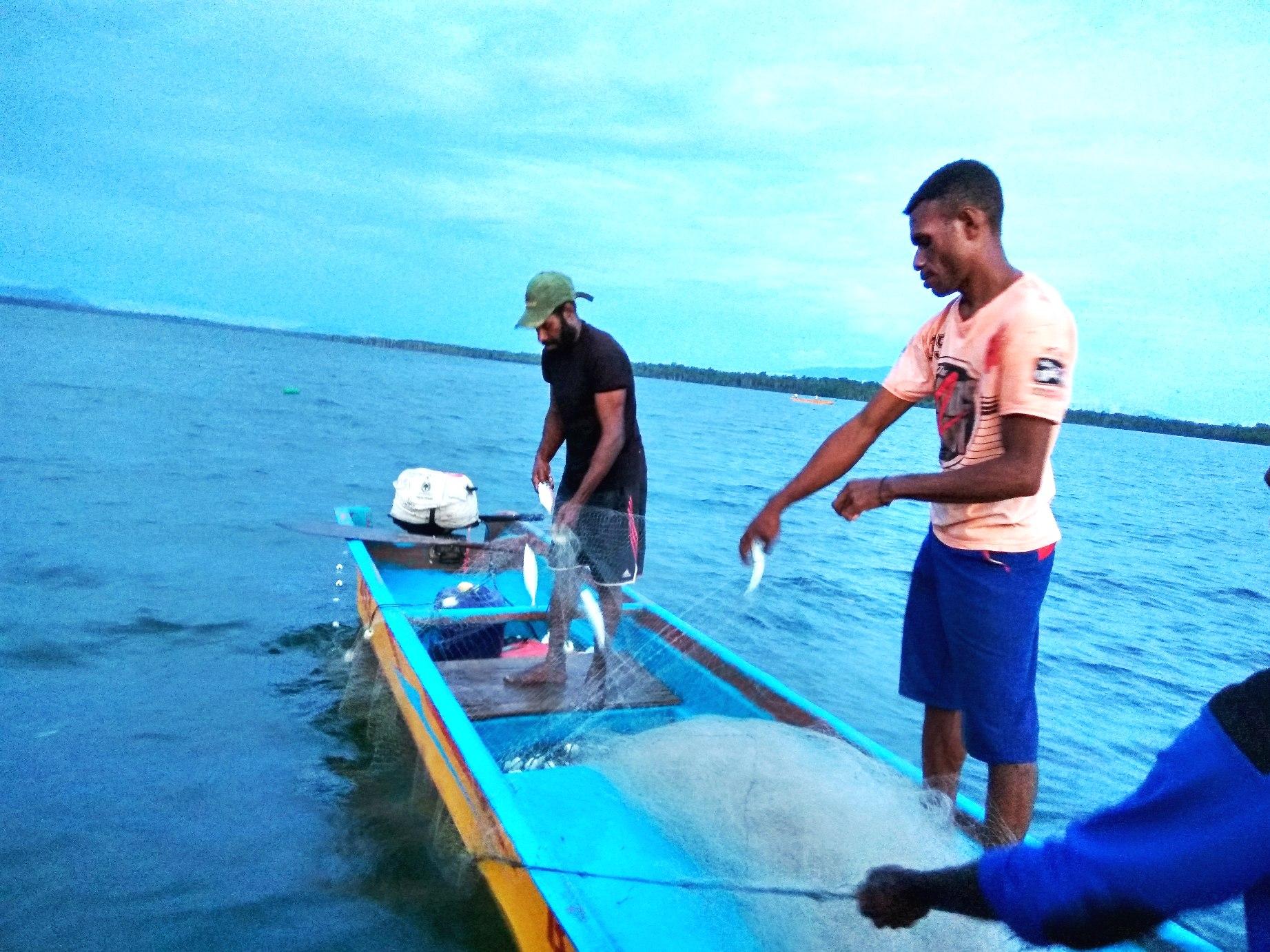 Nelayan menangkap ikan di perairan di kawasan konservasi Pulau Namatota, Kabupaten Kaimana, Papua Barat yang termasuk Kawasan Konservasi Perairan Daerah (KPPD) Kaimana. Foto : M Ambari