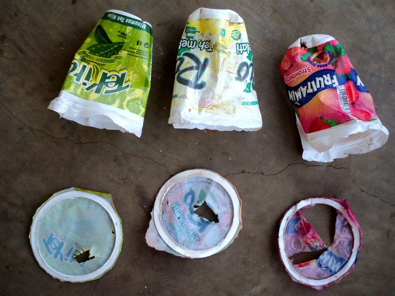 Contoh sampah platik yang diubah oleh Kristina dan kelompoknya. Foto: Agapitus Batbual