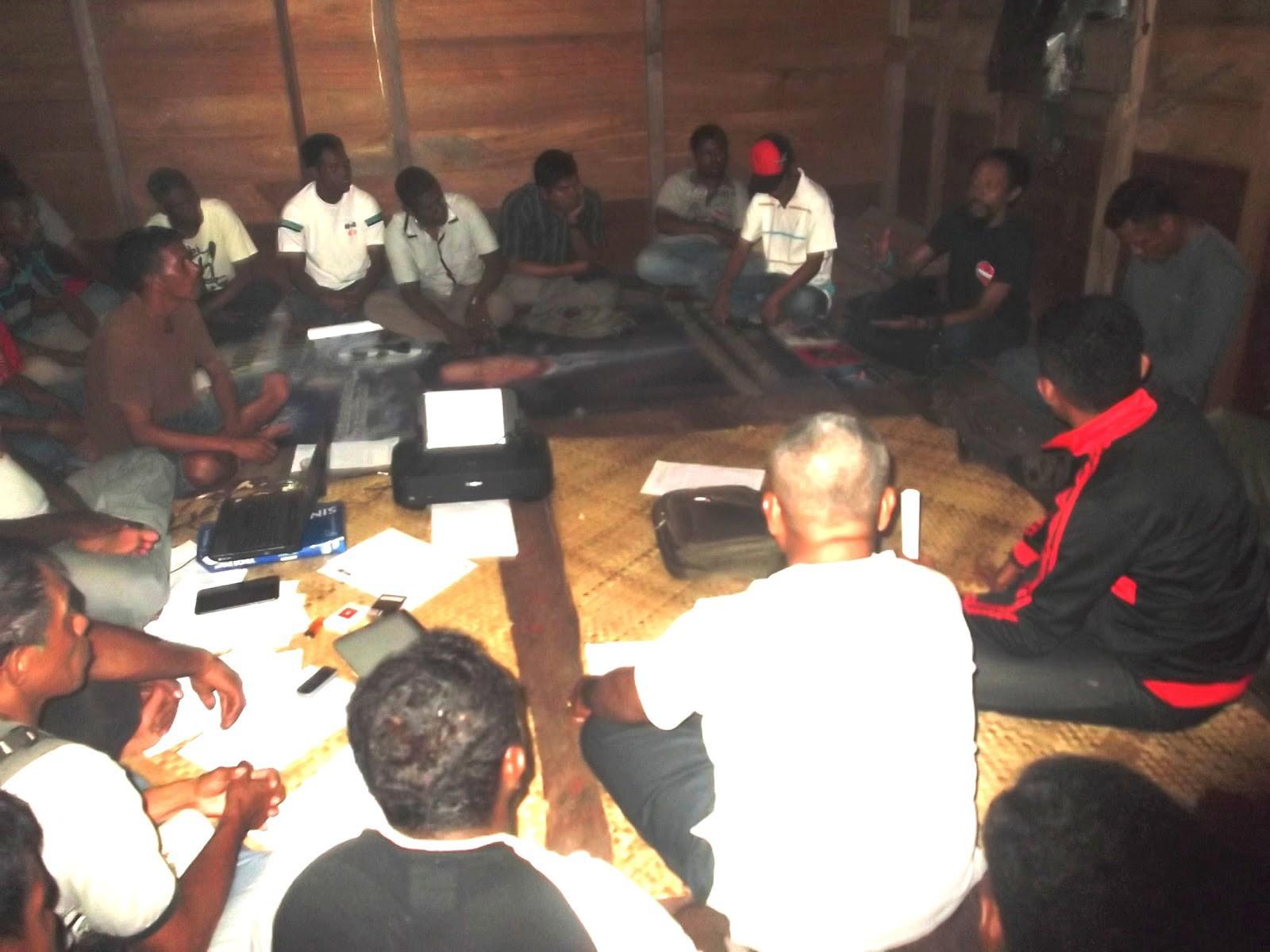 Rudi (kanan) sedang duduk di markas di Dobo bersama para aktivis tahun 2013