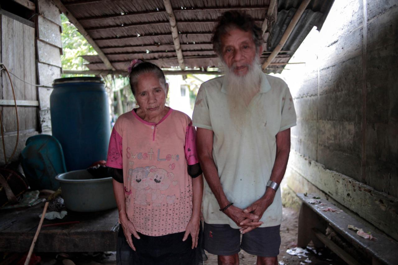 Yohana Mongora dan Lukas Gaza, Komunitas O'Hongana Manyawa atau Togutil yang berasal dari Telaga Lina yang kini bermukim di Desa Wangongira, Tobelo Barat, Halmahera Utara, Maluku Utara. Foto: Gustam Jambu
