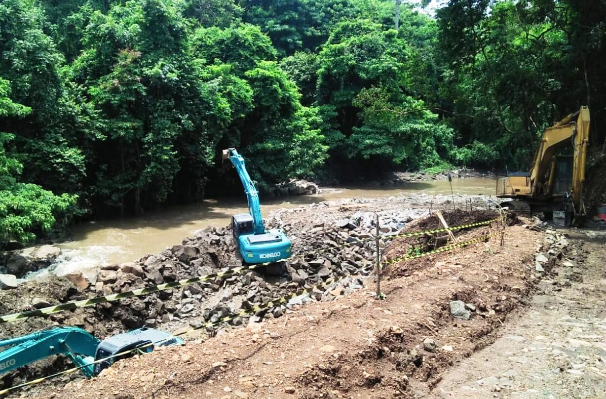 Proses pengerjaan proyek pembangunan pembangkit listrik tenaga mini hidro di Jawa Timur. Foto: A. Asnawi/ Mongabay Indonesia