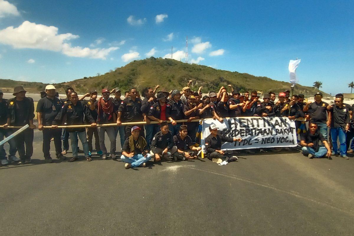 Para aktivis KASTA NTB memblokir lintasan Sirkuit Mandalika sebagai bentuk protes terhadap 79 KK yang terkurung di dalam sirkuit. Foto: KASTA NTB