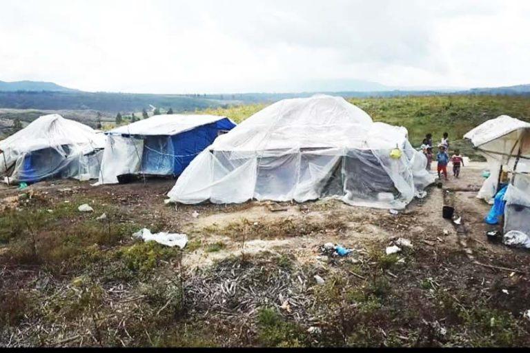 Tenda biru para buruh harian lepas PT TPL. Foto: AMAN Tano Batak